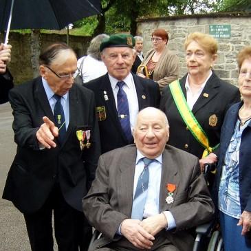 Montbard – 18 juin 2015 – Mr Roger  LACHAUME,  ancien  combattant  39/45  reçoit la médaille de CHEVALIER de la LEGION D'HONNEUR